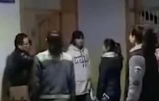 Graban a un profesor maltratando a los alumnos que llegan tarde