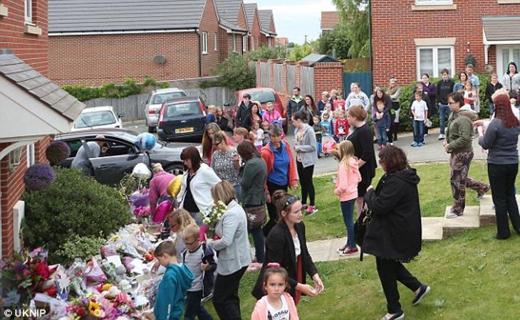 Unas doscientas personas se han acercado a la casa familiar para mostrar sus condolencias