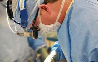 Un cirujano es detenido por lamer los pezones de una paciente anestesiada