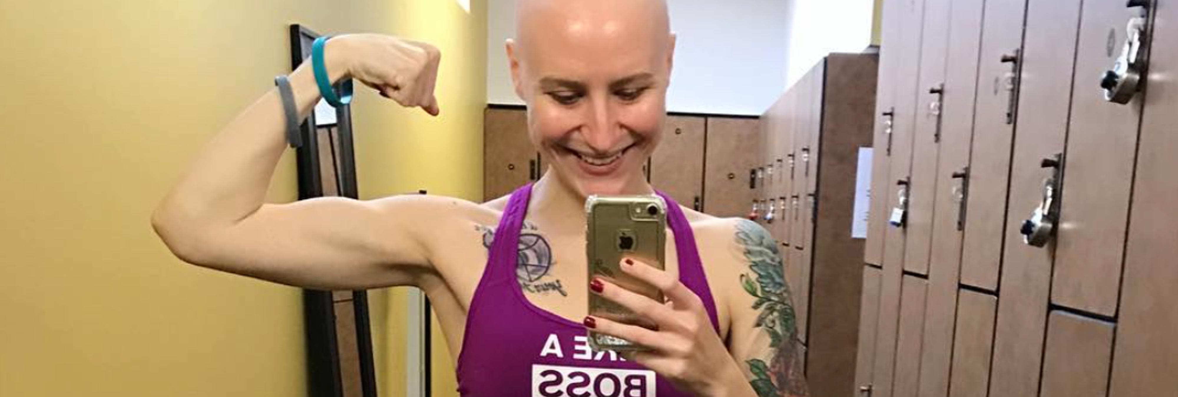Una joven culturista muestra las consecuencias del cáncer en el cuerpo