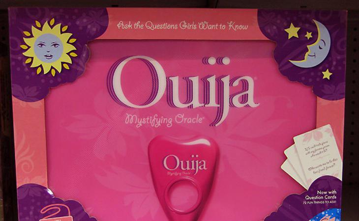 Una ouija de plástico rosa para iniciar a tu pequeña en el espiritismo