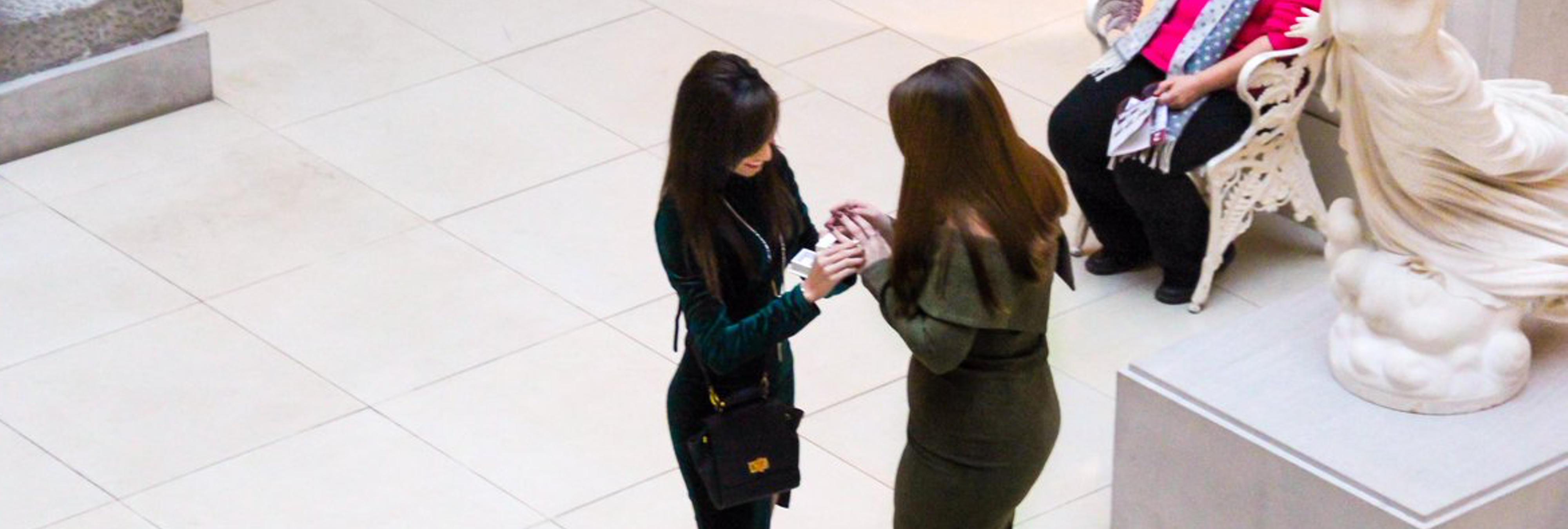 La increíble reacción de esta señora al presenciar una pedida de mano entre dos mujeres