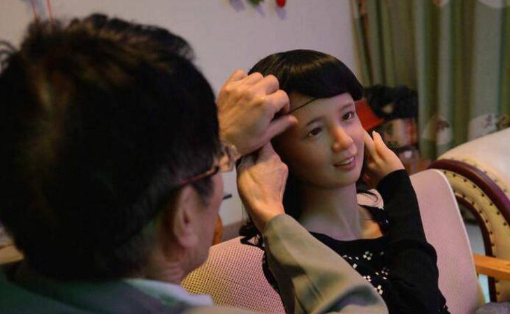 Zhang trata a la muñeca como si fuera su esposa