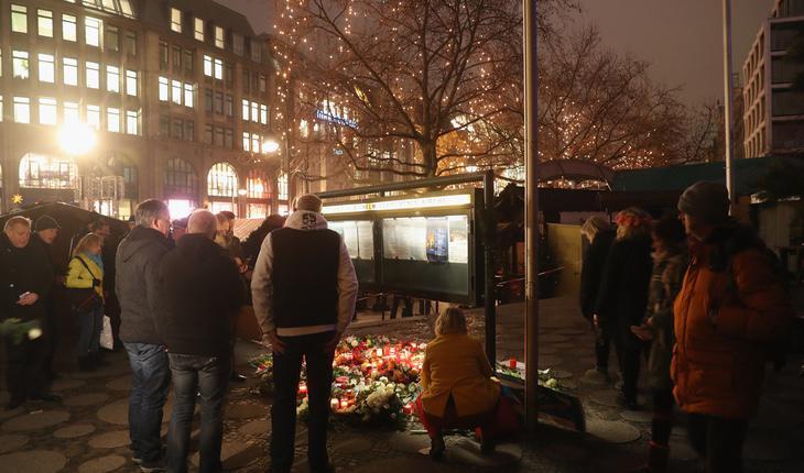 Miles de personas han acudido para rendir homenaje a las víctimas