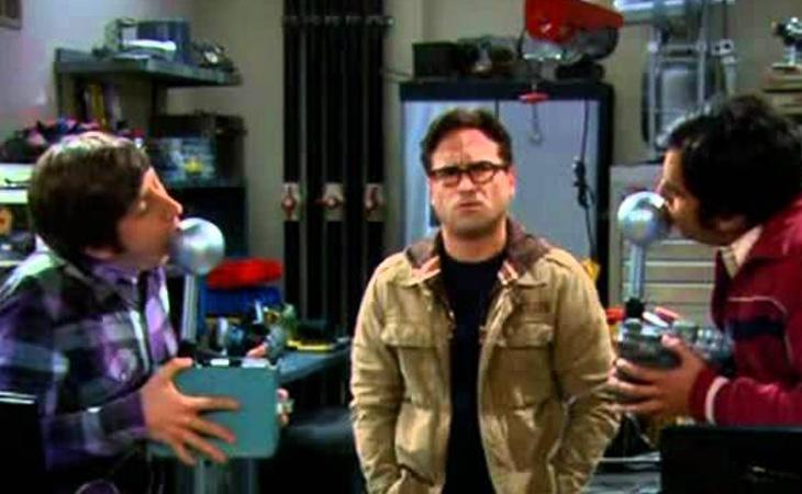 Howard y Kunal utilizando el aparato
