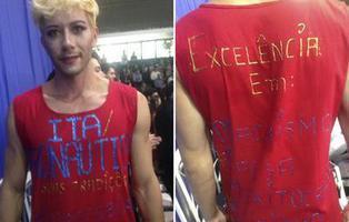 Un joven se gradua con vestido y tacones para denunciar la homofobia que ha sufrido