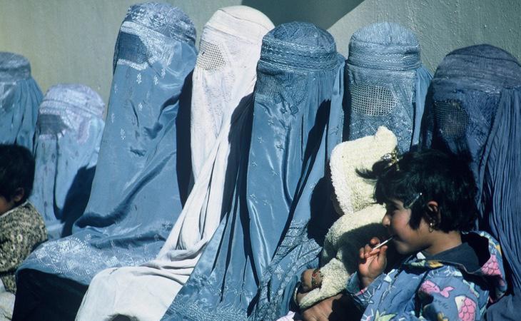 Los talibanes obligaban a las mujeres a cubrirse por completo, incluidos los ojos