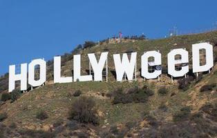 Cambian el cartel de Hollywood por 'Hollyweed' (Hierba sagrada)