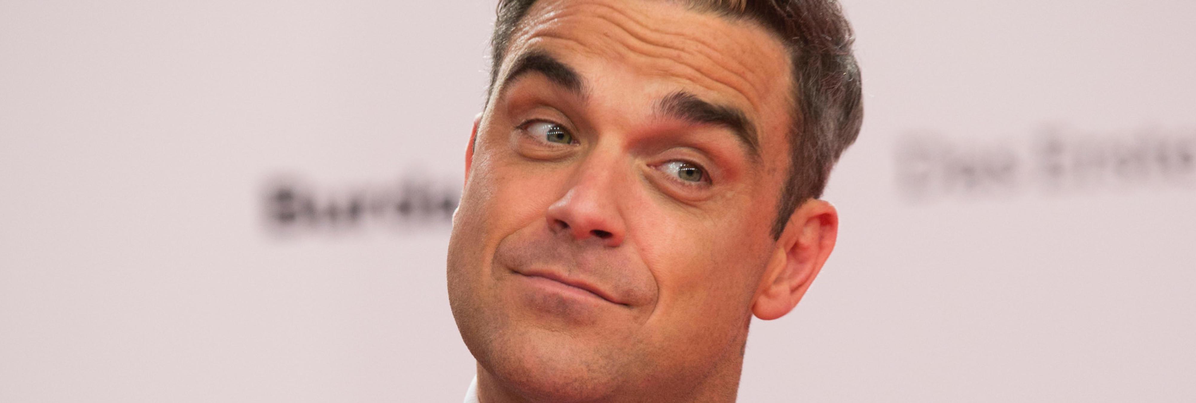 Críticas a Robbie Williams por desinfectarse las manos tras tocar a unos fans