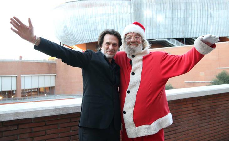 Papá Noel con el nuevo director de orquesta