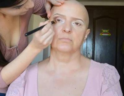 Una joven triunfa en Youtube con un tutorial donde maquilla a su madre con cáncer