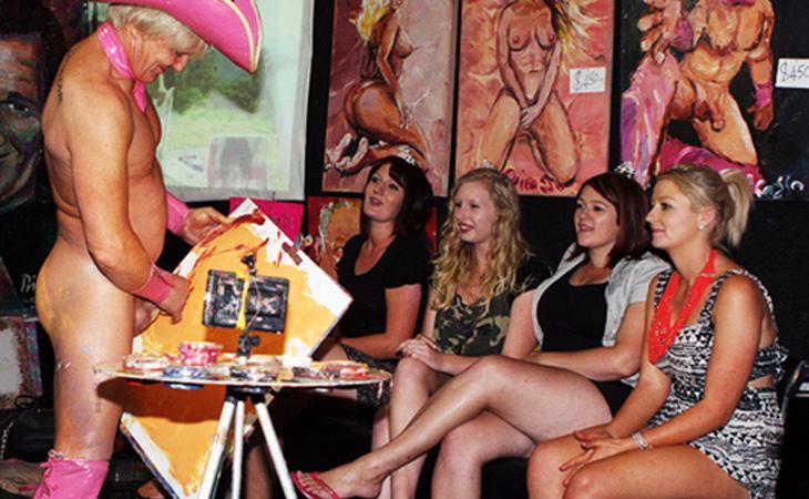 Este grupo de chicas ha decidido contratar los servicios de este peculiar pintor