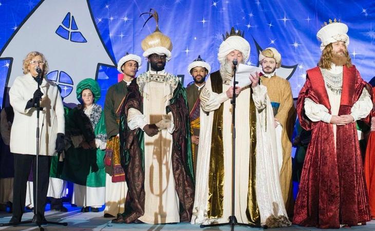 Manuela Carmena junto a los Reyes Magos en la Cabalgata de Madrid
