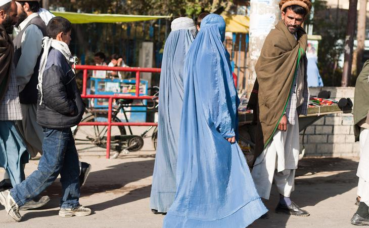 Dos mujeres vestidas con burka en Afganistán
