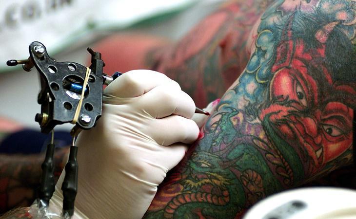 Tatuarse implica riesgos para la salud, por lo que es imprescindible que lo realice un profesional