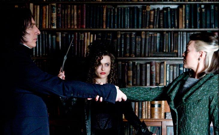 Snape firmando el juramento inquebrantable
