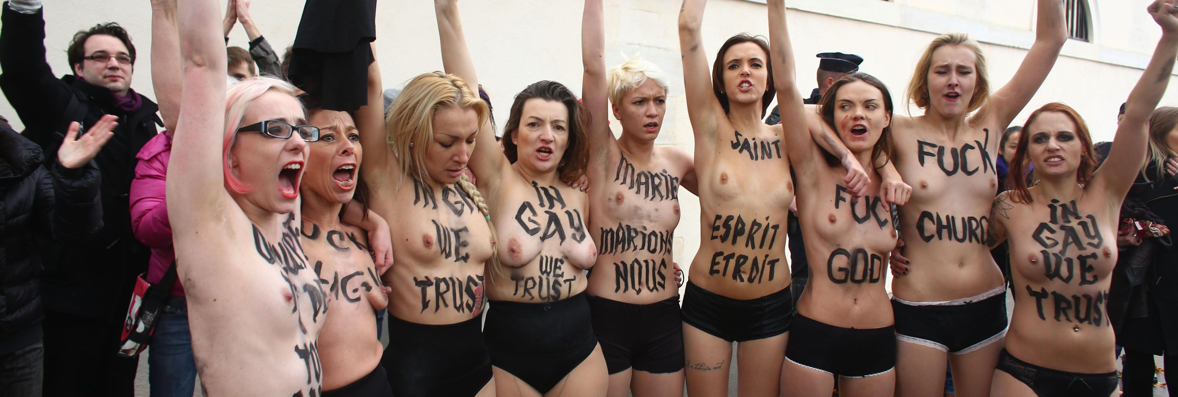 """Femen """"coge por las pelotas"""" a la estatua de  Donald Trump en su presentación en el Museo de Cera de Madrid"""