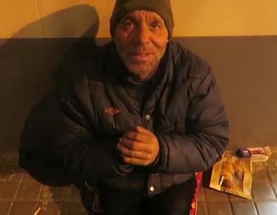 Un youtuber le ofrece galletas con dentífrico a un indigente y se jacta de ello en redes sociales