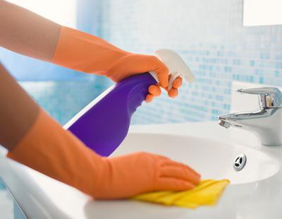 Oferta de empleo machista: Una empresa británica busca a mujeres que limpien desnudas