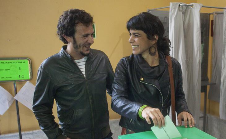 Teresa Rodríguez votando junto al alcalde de Cádiz, José María González 'Kichi'