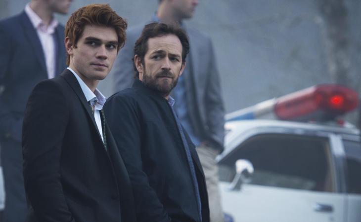 Archie y su padre, testigos de la primera detención de 'Riverdale'