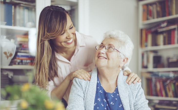 El acompañamiento a las personas mayores ayuda a reducir síntomas como la depresión y contribuye a fortalecer su autoestima