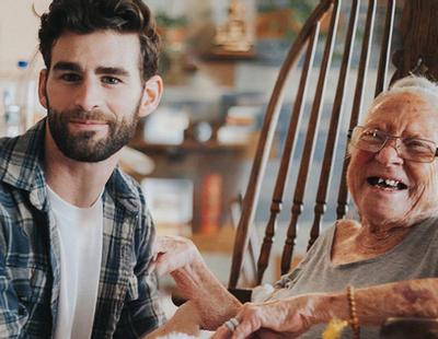 Este joven ha 'adoptado' a una anciana enferma de leucemia en sus últimos días de vida