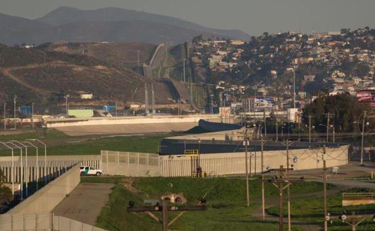 Muro estadounidense-mexicano a la altura del Estado de Sonora