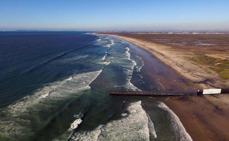 Algunas partes del muro llegan a penetrar en el océano