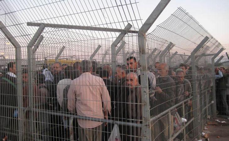 Los checkpoints en los que deben estar los palestinos durante horas para poder salir de Gaza