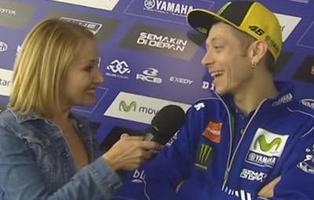 Esta periodista se ha convertido en viral por  insinuarse a Valentino Rossi