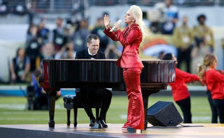 Lady Gaga interpretando el himno en la Super Bowl del año pasado