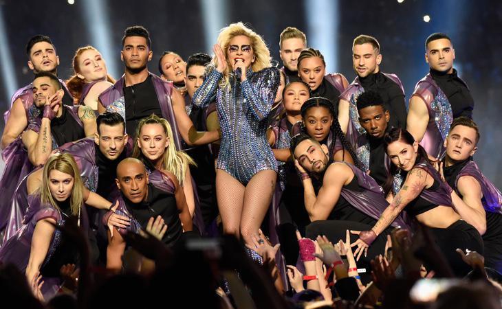 Lady Gaga y su magistral equipo de baile