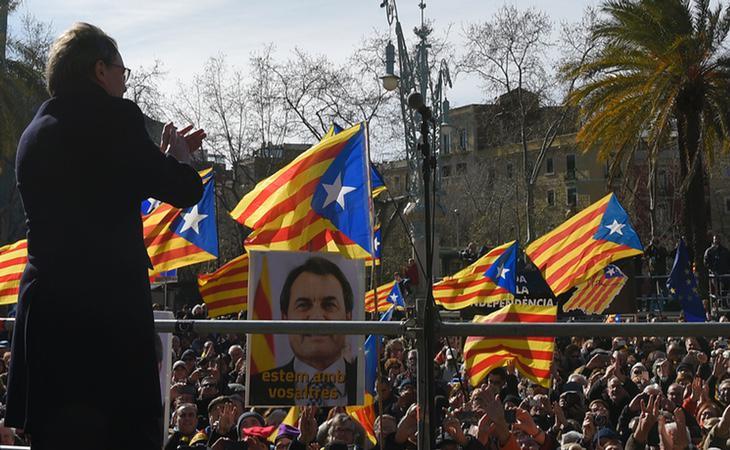 El expresidente Artur Mas, ante los 40.000 manifestantes que, según la guardia urbana, se han concentrado ante el Palacio de la Justicia