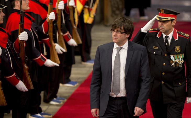 El President Carles Puigdemont, junto a varios agentes de los Mossos d'Esquadra