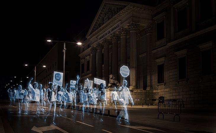 Manifestación holográfica frente al Congreso de los Diputados español