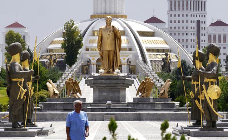 Esta estatua de oro lleva un sistema robotizado para que el Sol siempre luzca en la cara de Saparmyrat