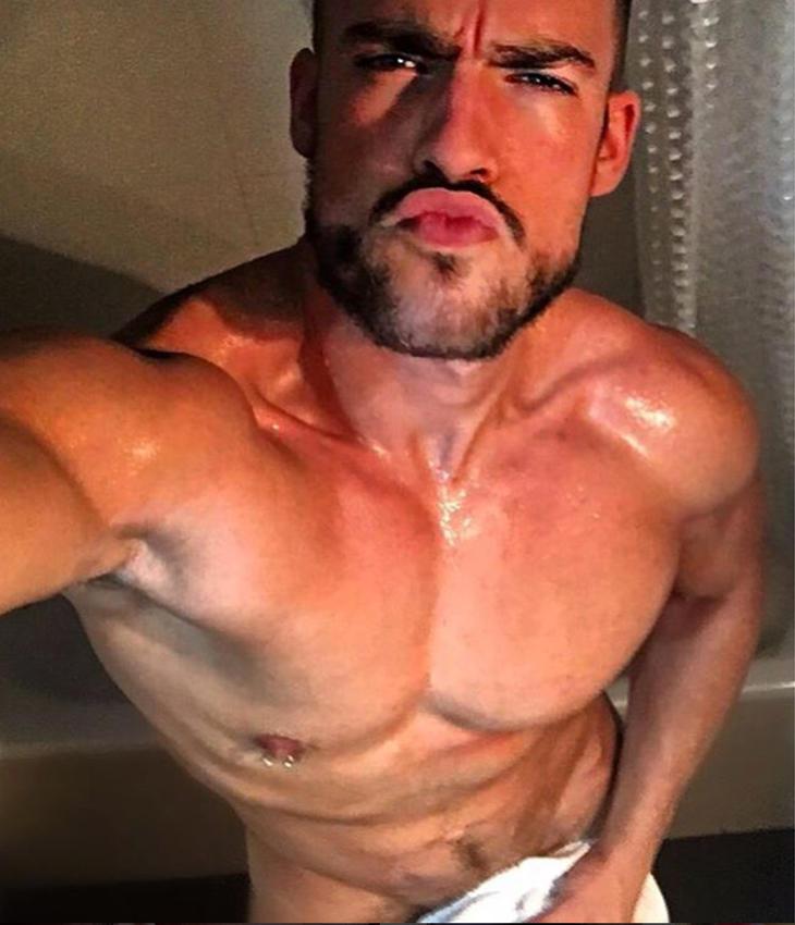 Desnudo y con morritos, el enfermero sexy presume de cortinas de baño (Instagram)
