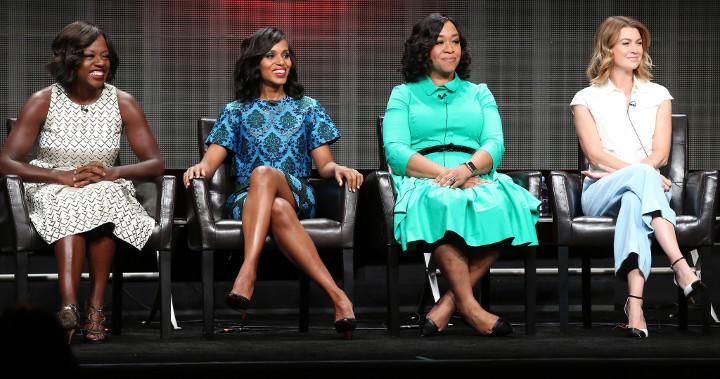 Shonda junto a las actrices que dan vida a sus personajes más importantes