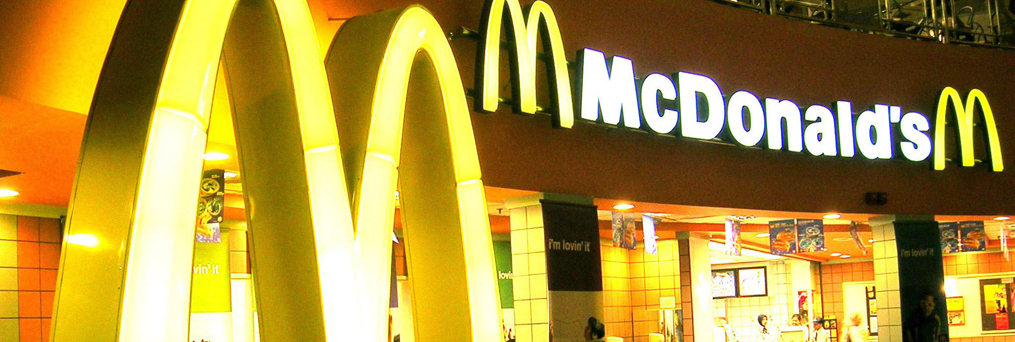 Una pareja de lesbianas son 'invitadas a irse' de un McDonald tras darse un beso en la mejilla