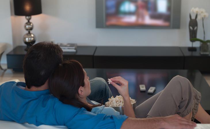 Ver una serie conjunta es un ritual compartido por millones de parejas