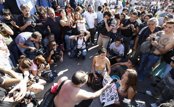 Mujeres argentinas protestando por los derechos de las mujeres