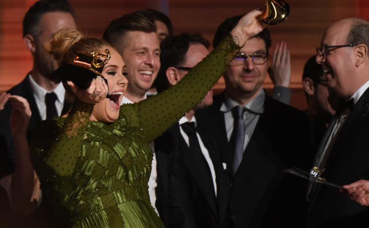 Adele partía el premio para compartirlo con Beyoncé