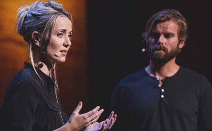 Tom Stranger y Thordis Elva durante la charla