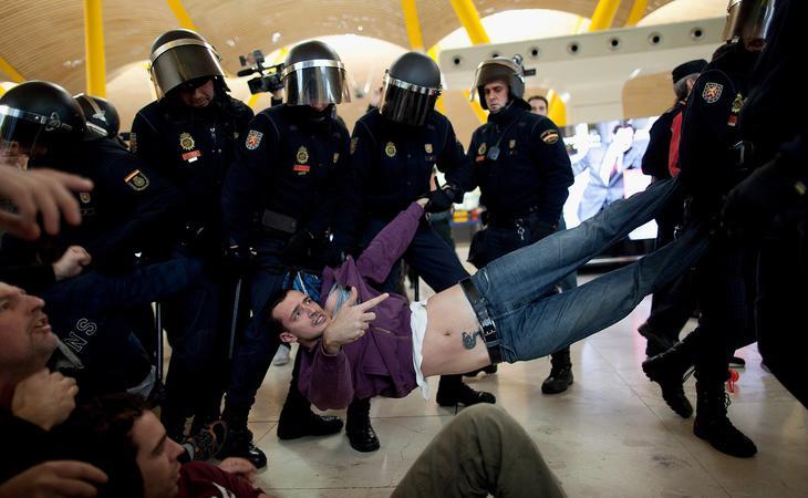 La resistencia pasiva está penada con hasta 30.000 euros desde la aprobación de la 'Ley Mordaza'