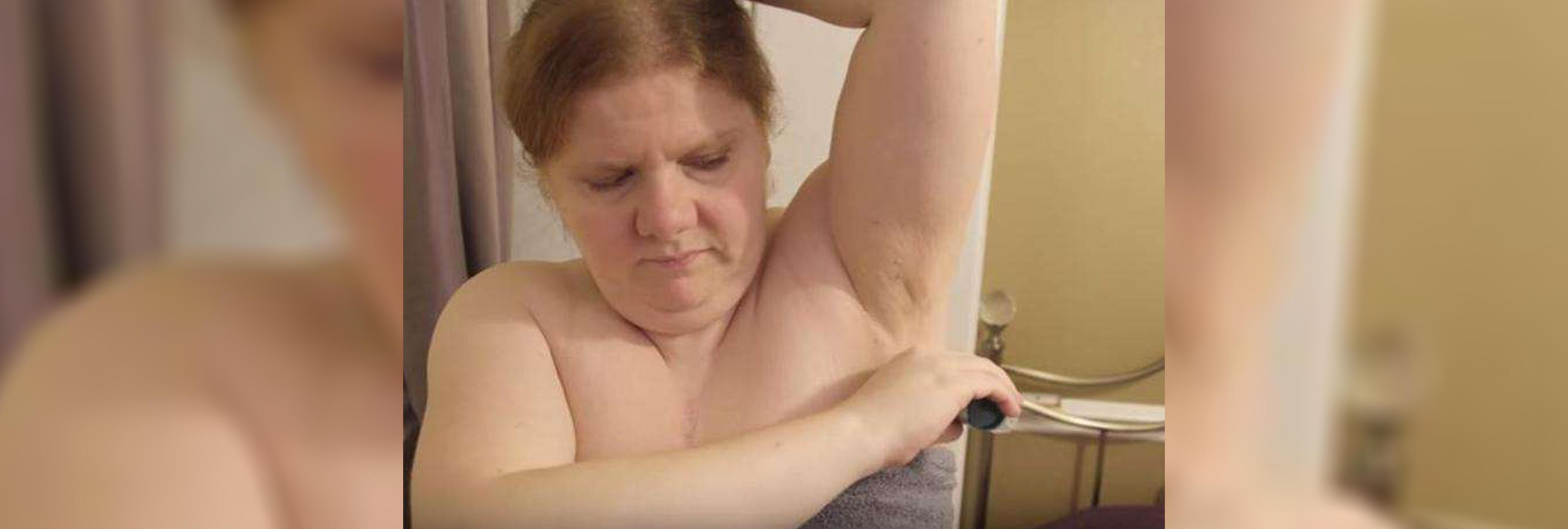 Una joven británica padece una enfermedad rara que hace que huela a pescado