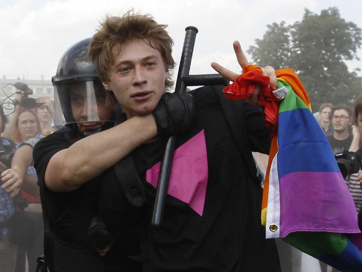 Un activista LGTBI es detenido por la policía rusa durante una manifestación