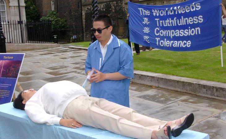Miembros de Falun Gong con representaciones sobre la vida en la cárcel