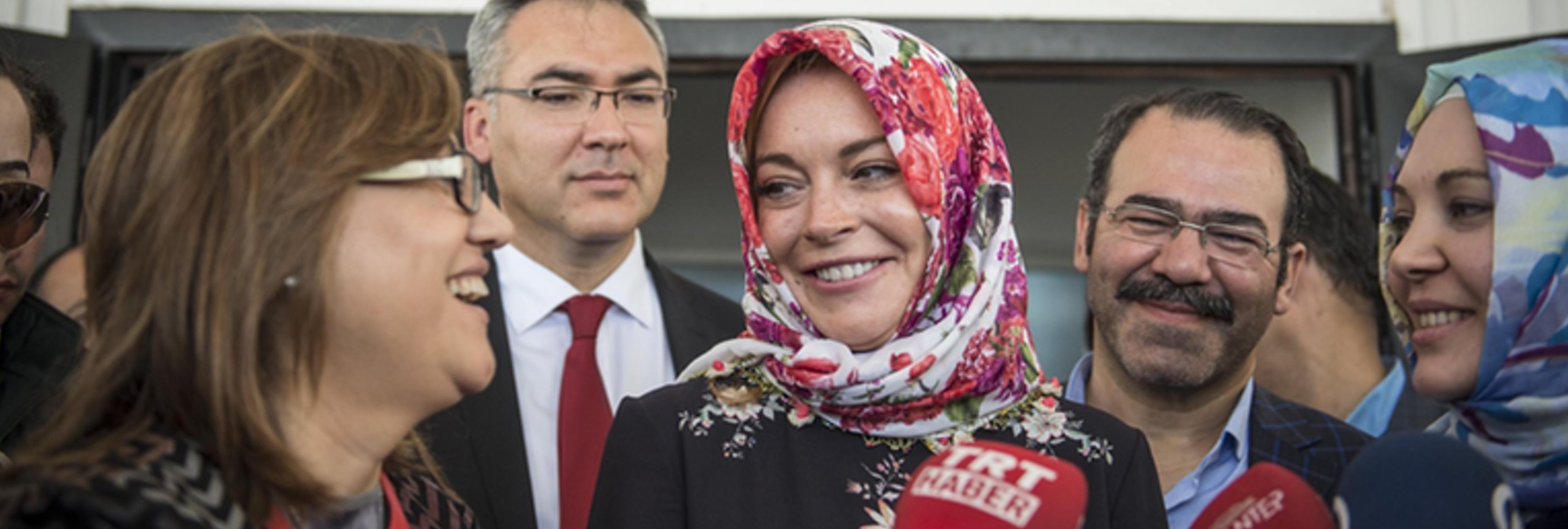 Lindsay Lohan, musulmana de bien, denuncia discriminación racial por llevar velo