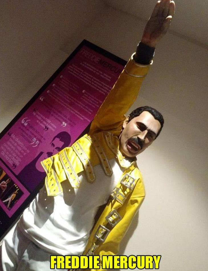 Freddie Mercury realizando el saludo hitleriano